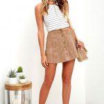 Короткая замшевая юбка с полосатой майкой