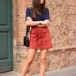 Красная замшевая юбка с синей кофтой