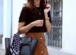 Замшевая юбка с футболкой и кожаной сумкой