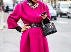 13 стильных образов, как носить малиновое пальто