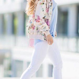Цветочная кофта с белыми брюками