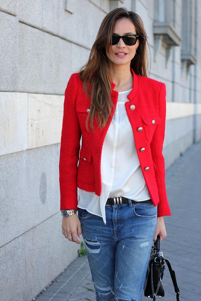 синие джинсы с красным жакетом